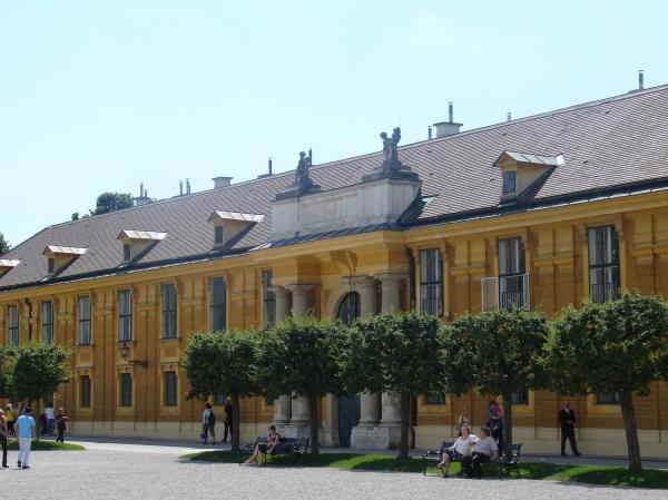 Eines der Seitengebäude beim Eingang